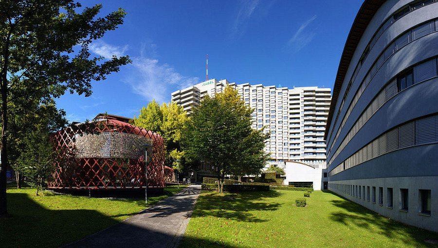 """Moderne IT-Lösungen sind für die effiziente Krankenhausverwaltung unverzichtbar. (Bild: Inselspital Bern. Urheber: Sandstein, Wikipedia. Lizenz: <a href=""""https://en.wikipedia.org/wiki/Creative_Commons"""" target=""""_blank"""">CC</a>.)"""