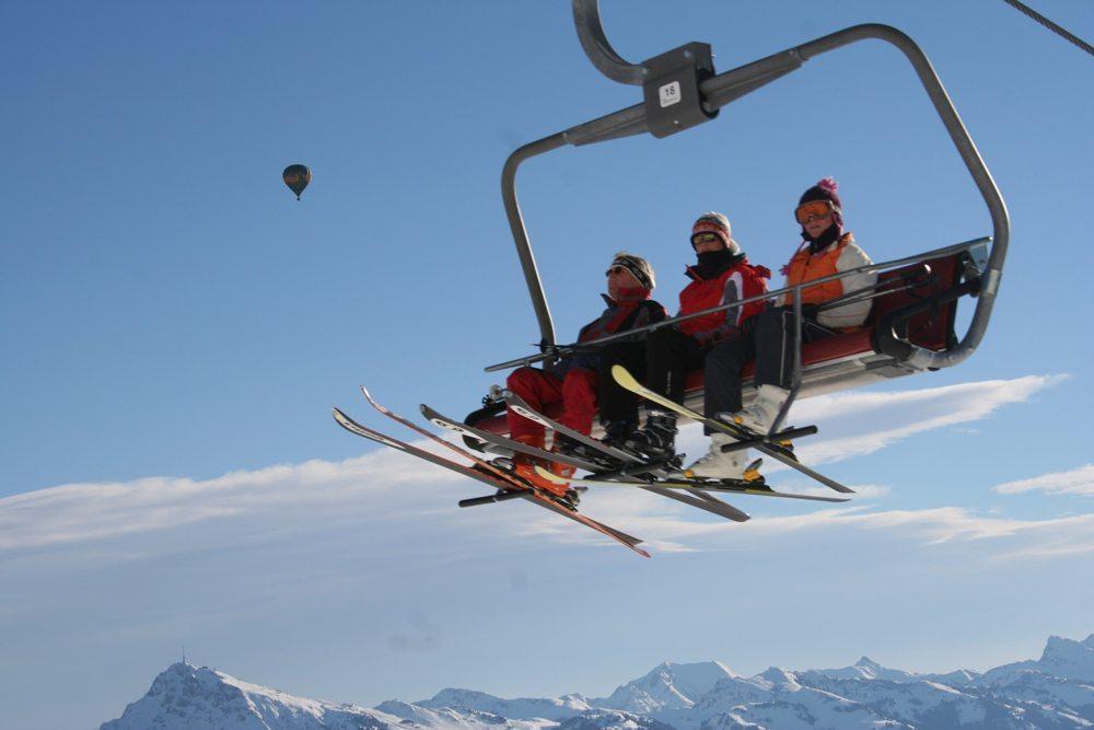 Skilift mit Skifahrern (Bild: www.werbebunker.de / pixelio.de)