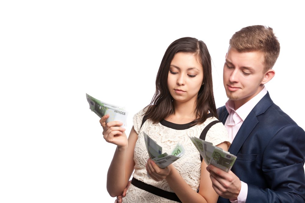 Geld-verdienen-Mann-und-Frau-Marina-Svetlova-shutterstock.com