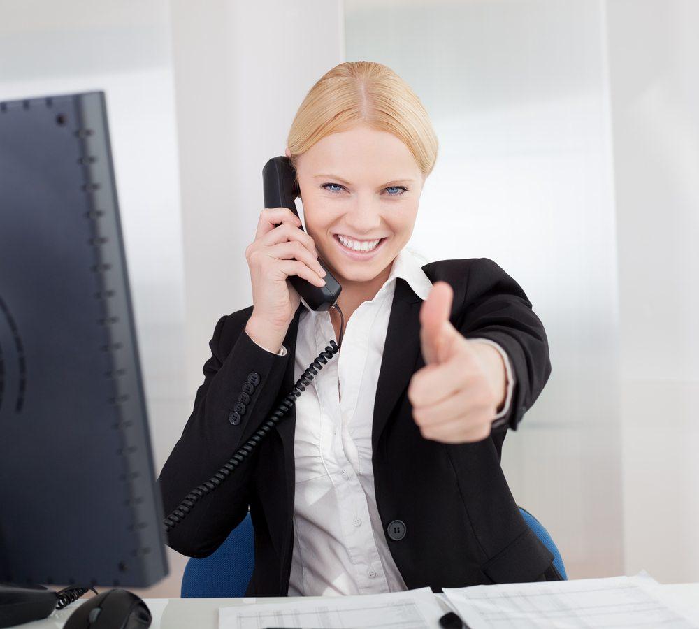 """Mit Wissen allein ist es im Callcenter allerdings nicht getan. Die Kunden erwarten am anderen Ende der Leitung nicht nur fachliche Kompetenz, sondern eine """"lächelnde Stimme"""". (Bild: Andrey_Popov / Shutterstock.com)"""