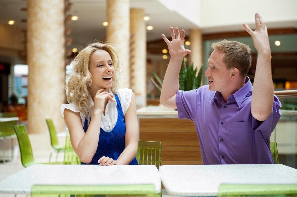 Die Körpersprache von Armen und Händen liefert aufschlussreiche Erkenntnisse über unsere Gesprächspartner. (Bild: Hasloo Group Production Studio / Shutterstock.com)