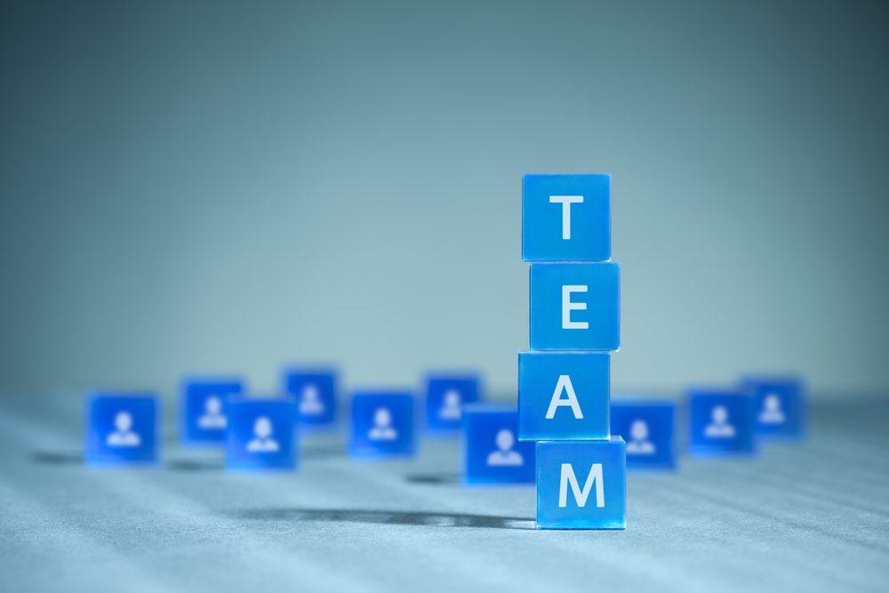 Wenn Mitarbeiter in ein Team berufen werden, tragen sie alle denselben Rang. Hier gibt es keinen Chef, Abteilungsleiter oder Praktikanten. (Bild: Jirsak / shutterstock.com)