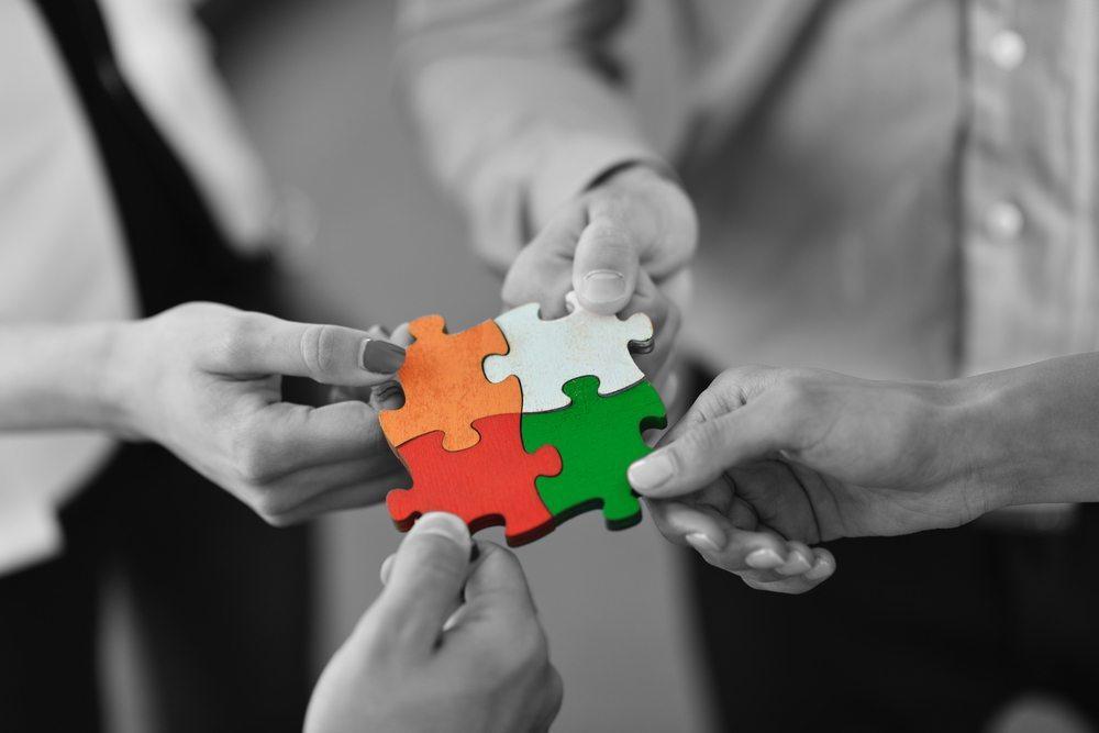 Wer mit seinen Mitarbeitern angemessen umgeht und ihnen das Gefühl gibt, Teil eines wichtigen Ganzen zu sein, wird davon in der Regel belohnt. (Bild: dotshock / Shutterstock.com)