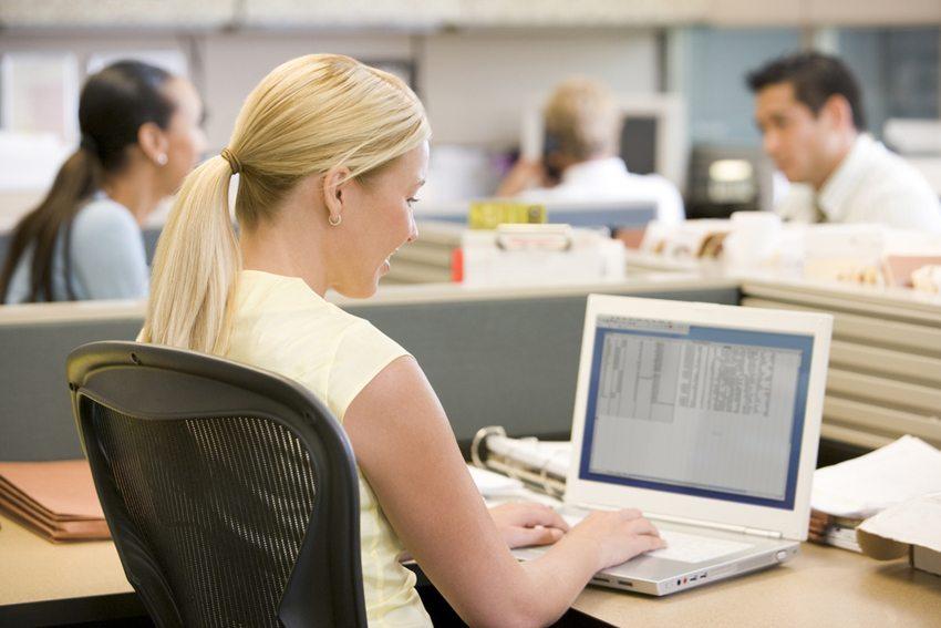 Grossraumbüros können das Stresslevel der Mitarbeiter wesentlich erhöhen (Bild: Monkey Business Images / Shutterstock.com)