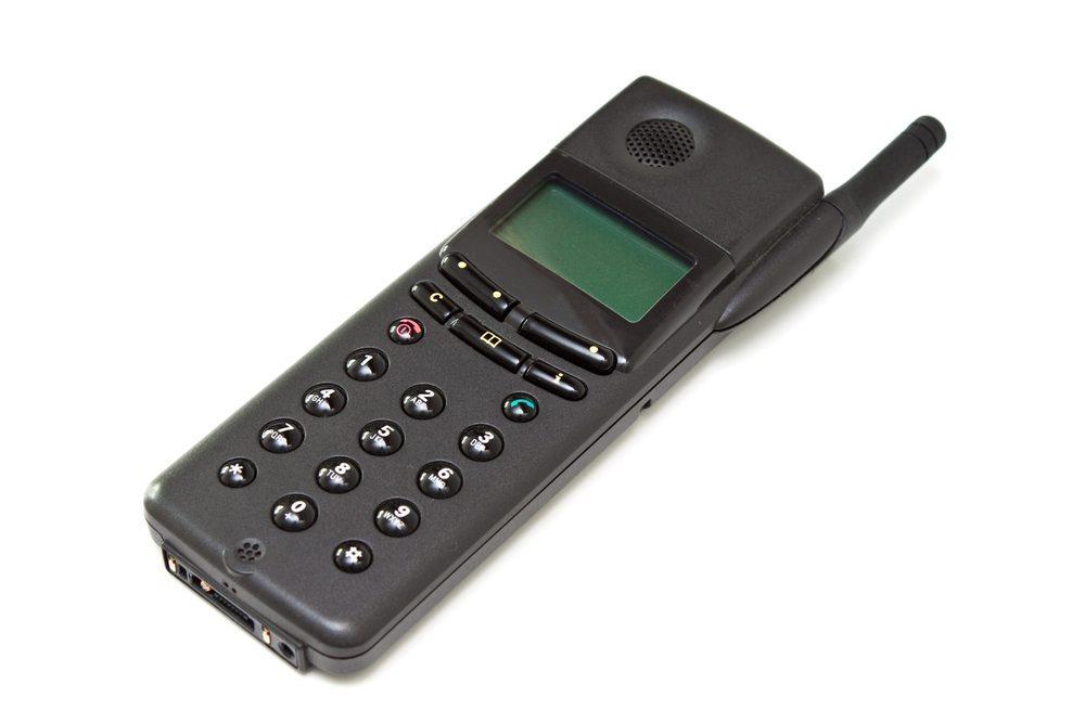Suchen Sie Ihr Handy aus dem letzten Jahrtausend wieder heraus. (Bild: Anna Chelnokova - Shutterstock.com)
