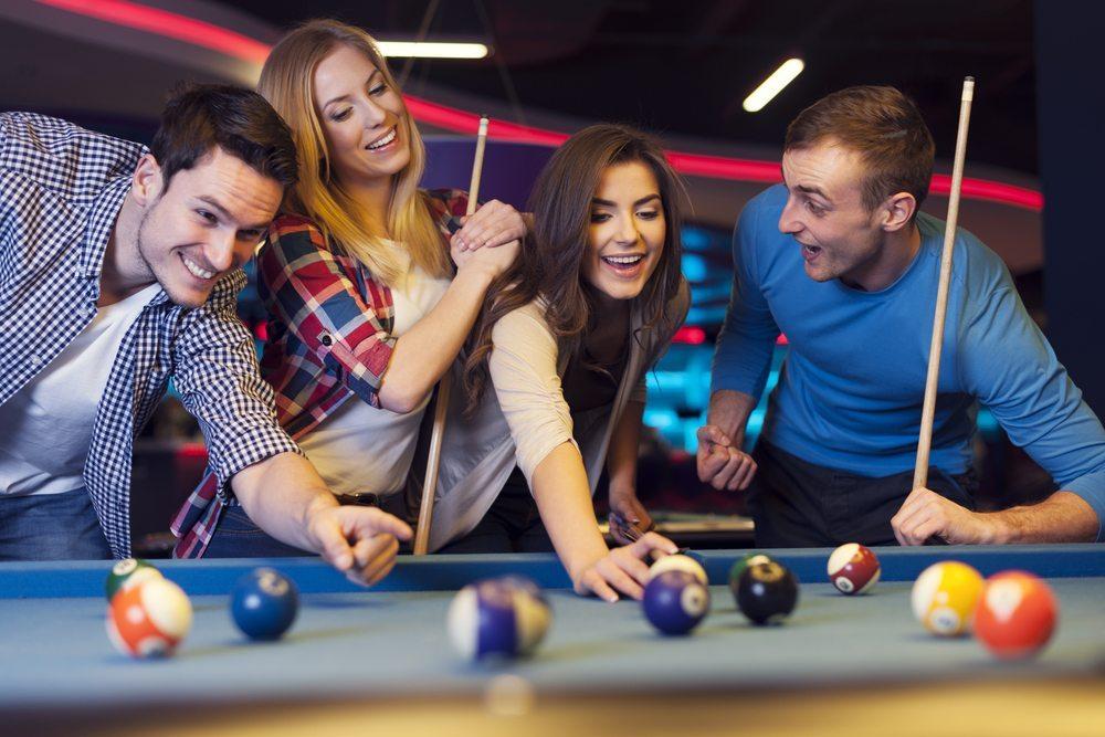 Jeder kennt die Bilder von Internet-Konzernen wie Yahoo oder Yelp: Mitarbeiter spielen mitten am Tag Tischtennis oder Tischfussball oder planen am Billardtisch neue Strategien. (Bild: gpointstudio / Shutterstock.com)