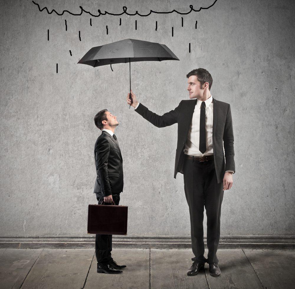 Denken und Handeln möchten also im Einklang bleiben. Die Person, die Ihnen einen Gefallen getan hat, wird Sie weiterhin als sympathisch wahrnehmen. (Bild: ollyy / Shutterstock.com)