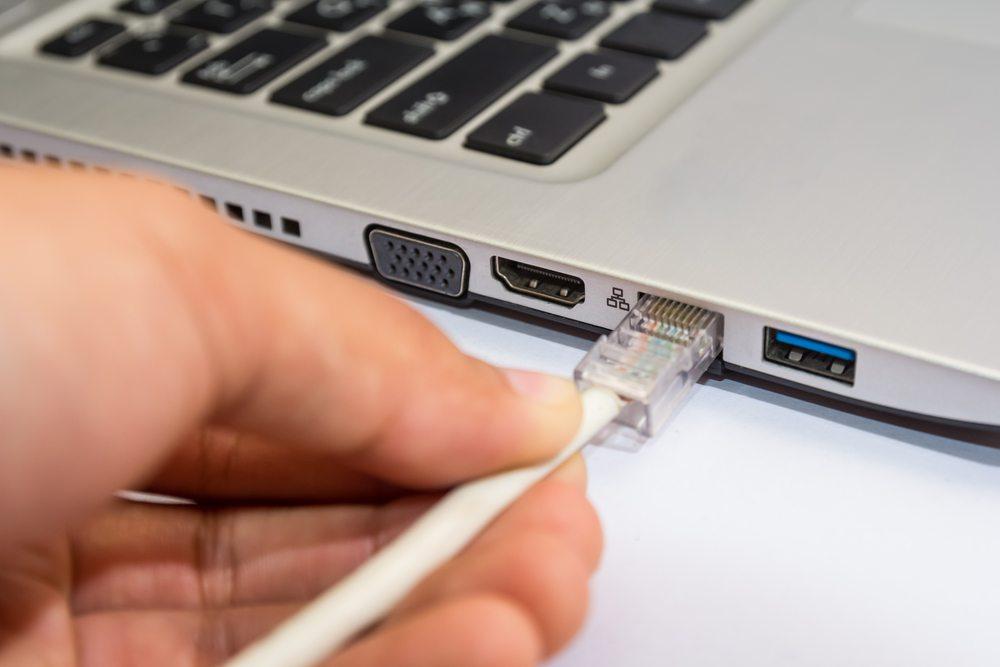 Ein leidiges Thema in vielen Büros sind die Kabel. (Bild: krichie / Shutterstock.com)