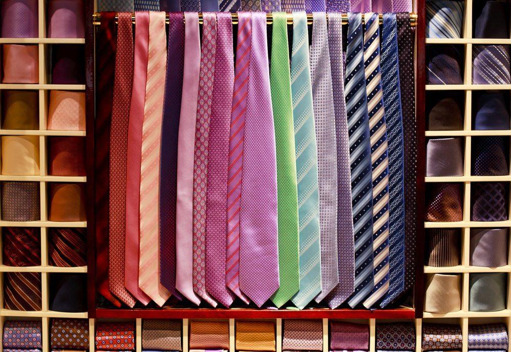 Die Krawatte: Wenn die Spitze der Krawatte ein wenig über den Hosenbund geht, hat sie die richtige Länge. (Bild: Lucertolone / Shutterstock.com)