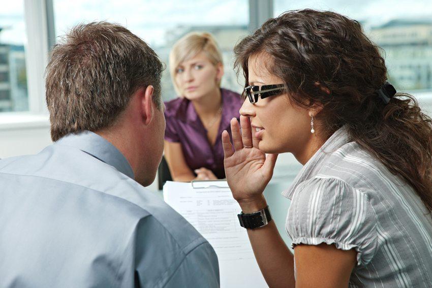 Solche Waffen wie Intrigen, Lästern und Gerüchte ausstreuen gehören oft zum Konkurrenzkampf der Frauen. (Bild: StockLite / Shutterstock.com)