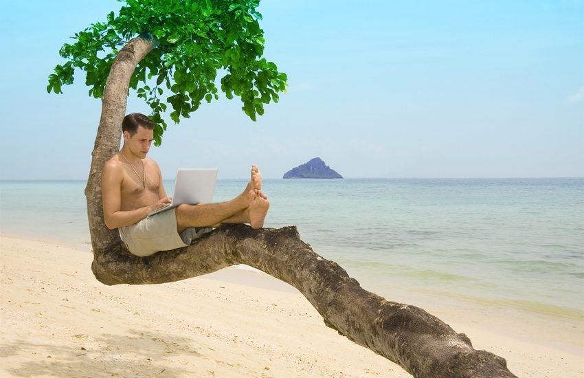 Wenn es nicht anders zu regeln ist, arbeiten Sie im Urlaub maximal vier Stunden am Tag. (Bild: Hannamariah / Shutterstock.com)