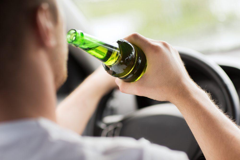 """Alkoholkonsum - Wenn ein Unfall, ein Geheimnisverrat oder ein Diebstahl begangen wurde, ist das Klagen gross und die Frage """"Wer hat von dem Problem des Mitarbeiters gewusst? (Bild: Alkohol / Shutterstock.com)"""