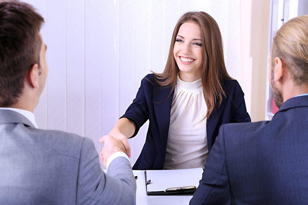 Bewerbungsgespräch - Es zählt mehr als der erste Eindruck. (Bild: Africa Studio / Shutterstock.com)