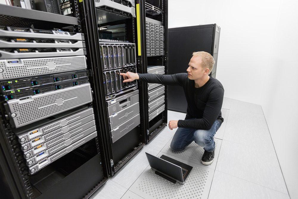 Bedeutet der Einsatz der EDV-Technik den Verzicht auf Mitarbeiter? (Bild: Kjetil Kolbjornsrud / Shutterstock.com)