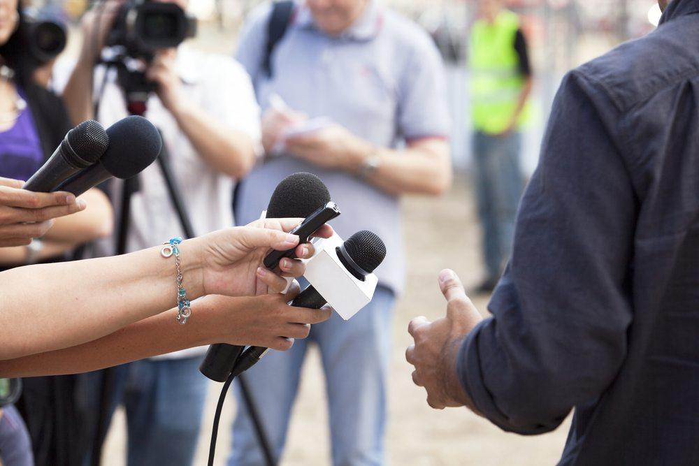 Was Vorstände und Politiker gerne vergessen, ist, dass ihr Gegenüber in der Regel ein ausgebuffter Profi ist, welcher seinerseits sein ganzes Berufsleben darauf trainiert hat, ein Interview zu führen. (Bild: wellphoto / Shutterstock.com)