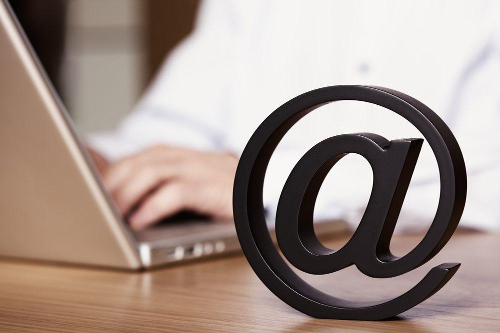 """Sprechen Sie Ihre Kunden in E-Mail oder Brief also nicht mit """"Hi"""", """"Servus"""" oder anderen, gar zu lässigen Begrüssungen an. (Bild: Lichtmeister / Shutterstock.com)"""