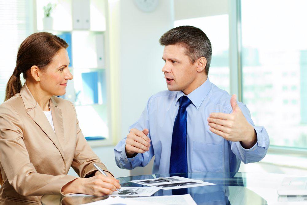 Mindestens einmal im Jahr muss ein ausführliches Gespräch mit den Mitarbeitern geführt werden. (Bild: Pressmaster / Shutterstock.com)