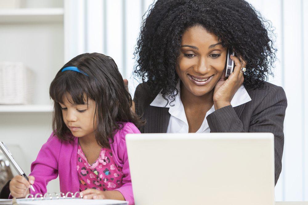 Bedenken Sie, dass Sie und Ihr Kind nicht allein im Büro sind. Die anderen Mitarbeiter und eventuelles Führungspersonal sind immer noch vor Ort. (Bild: spotmatik / Shutterstock.com)