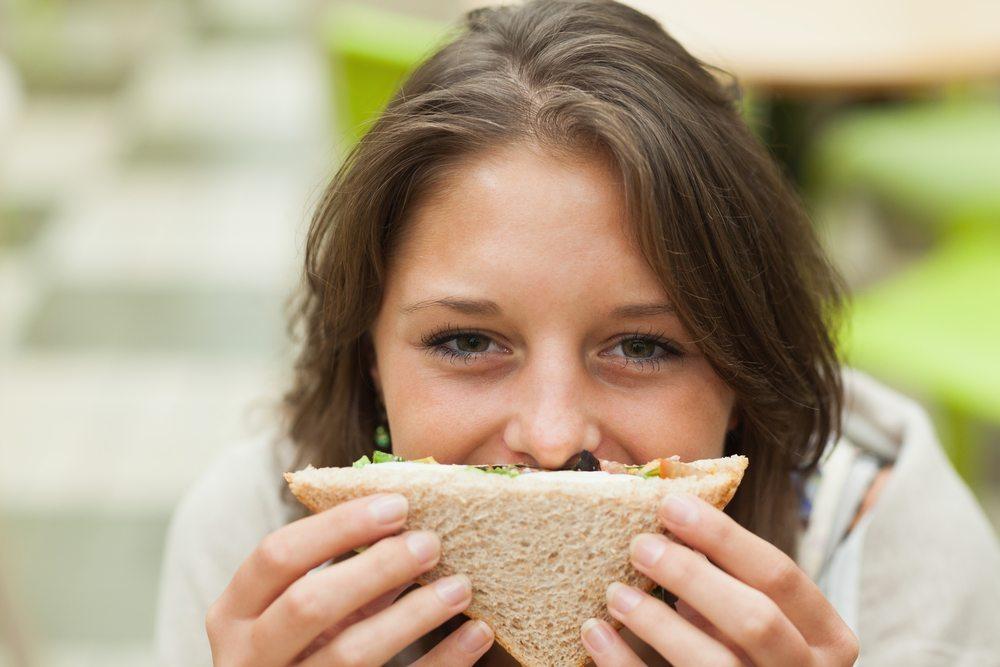 """In der Schweiz sind die Snacks vielerorts als """"Brödli"""" bekannt. (Bild: wavebreakmedia / Shutterstock.com)"""
