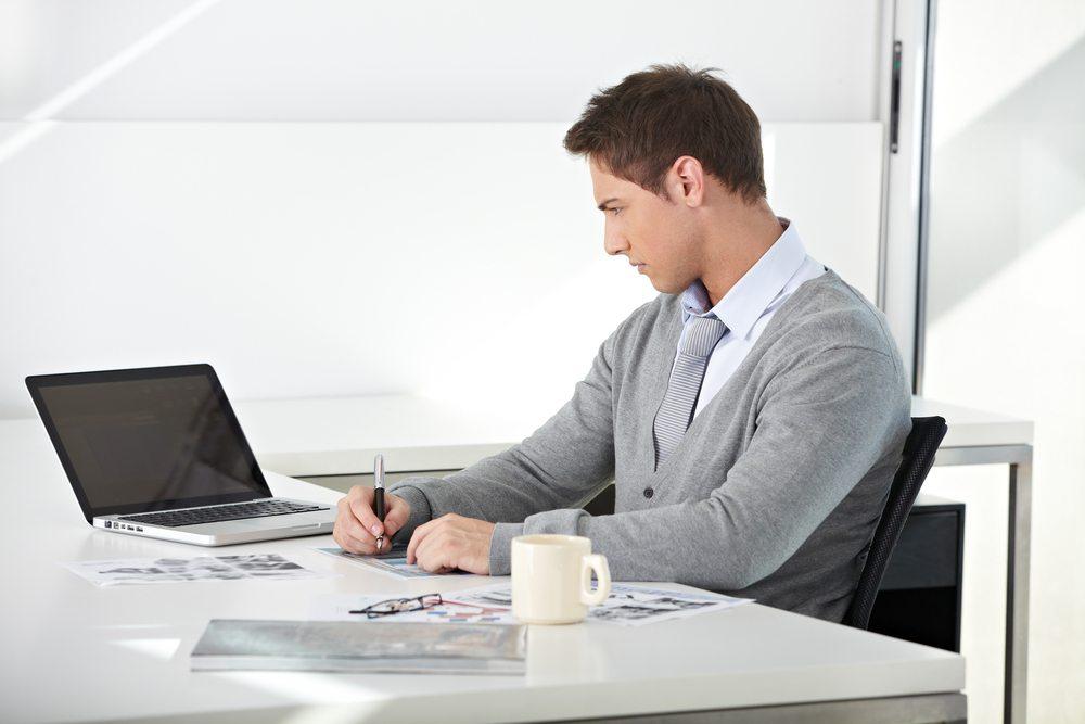 Es gibt jede Menge Berufe und Tätigkeiten, die traditionell im Sitzen ausgeführt werden. Und das oftmals über viele Stunden hinweg und ohne Pause. (Bild: Robert Kneschke / Shutterstock.com)