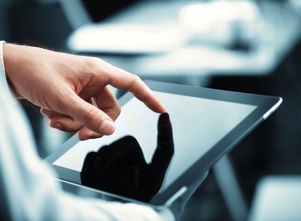 Wer per Tablet oder Smartphone auf eine Website zugreift, kann diese zwar in der Regel ordentlich bedienen. Die komplette Funktionalität, welche eine App bereitstellen kann, erhalten Sie dadurch jedoch selten. (Bild: Peshkova / Shutterstock.com)