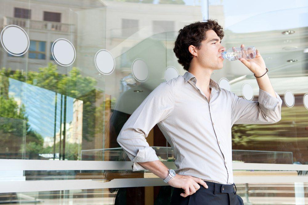 Bieten Sie Ihren Mitarbeitern doch an den heissen Tagen im Jahr zusätzliche Getränke an. (Bild: MJTH / Shutterstock.com)