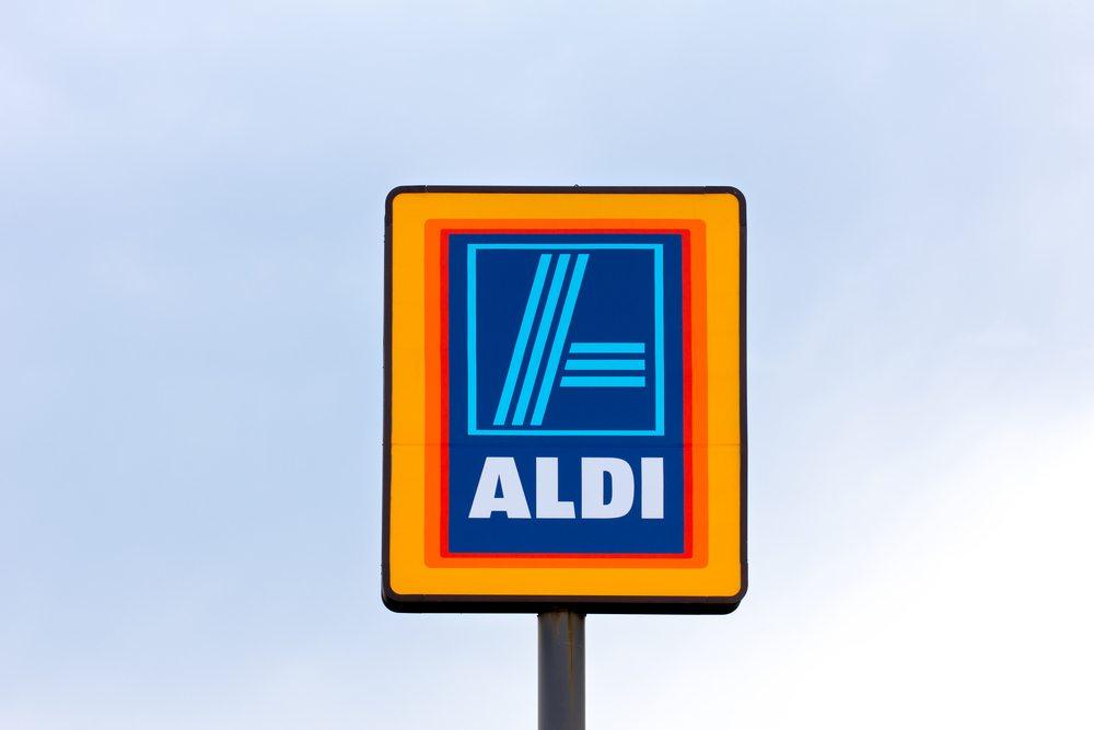 Auch das haben die Aldi-Brüder schnell erkannt. Und so beschränkte sich die Werbung lange Zeit auf – nichts. Allein der Preis soll hier werben, und das gelingt. (Bild: Ken Wolter / Shutterstock.com)