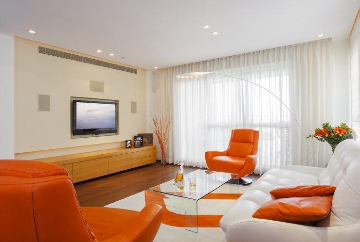 Das Ledersofa ist im Wohnzimmer ein echter Hingucker. (Bild: © Dmitry Pistrov - shutterstock.com)