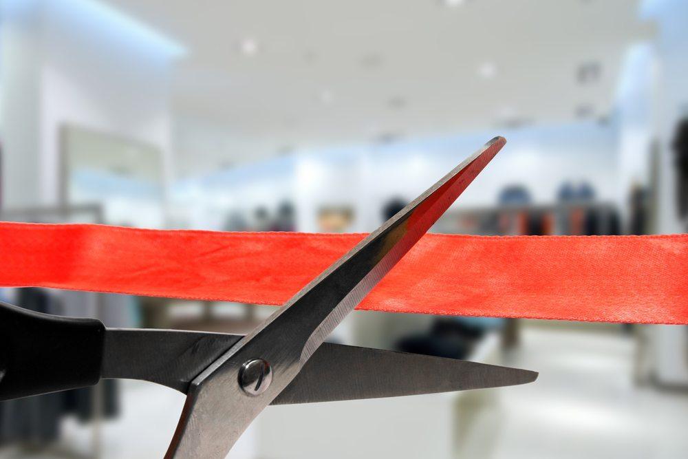 Das rote Band als Symbol für die Eröffnung durchtrennen, eine kleine Rede halten und die Gäste begrüssen-das gehört zu einer richtigen Zeremonie. (Bild: Ronstik / Shutterstock.com)