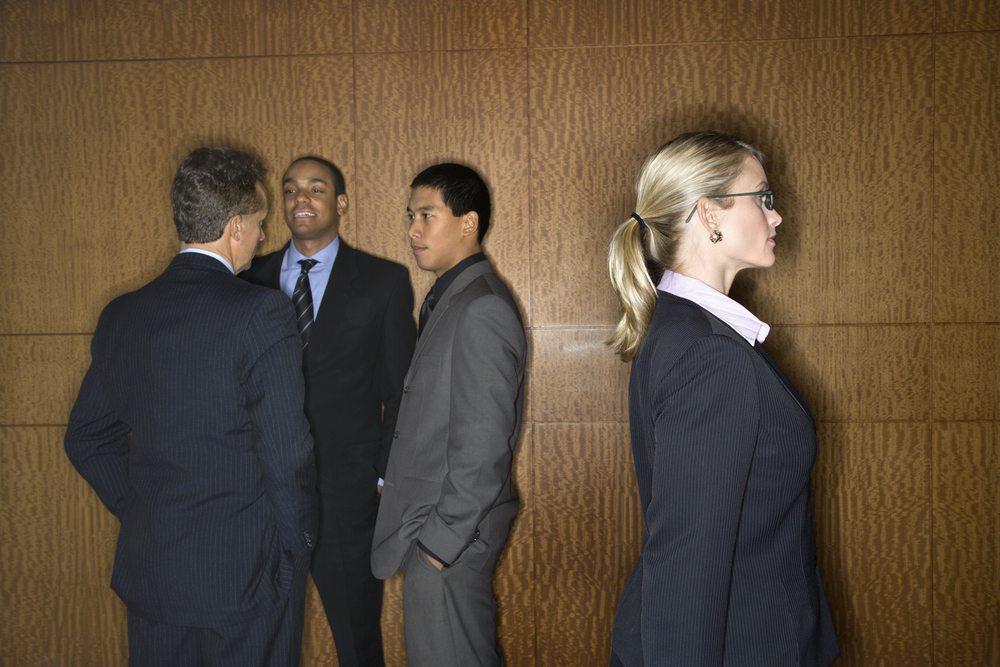 Fehlentwicklungen in Unternehmen werden oft auf die Belegschaft abgewälzt, obwohl die Ursachen meist im fehlerhaften Management liegen. (Bild: Iofoto / Shutterstock.com)