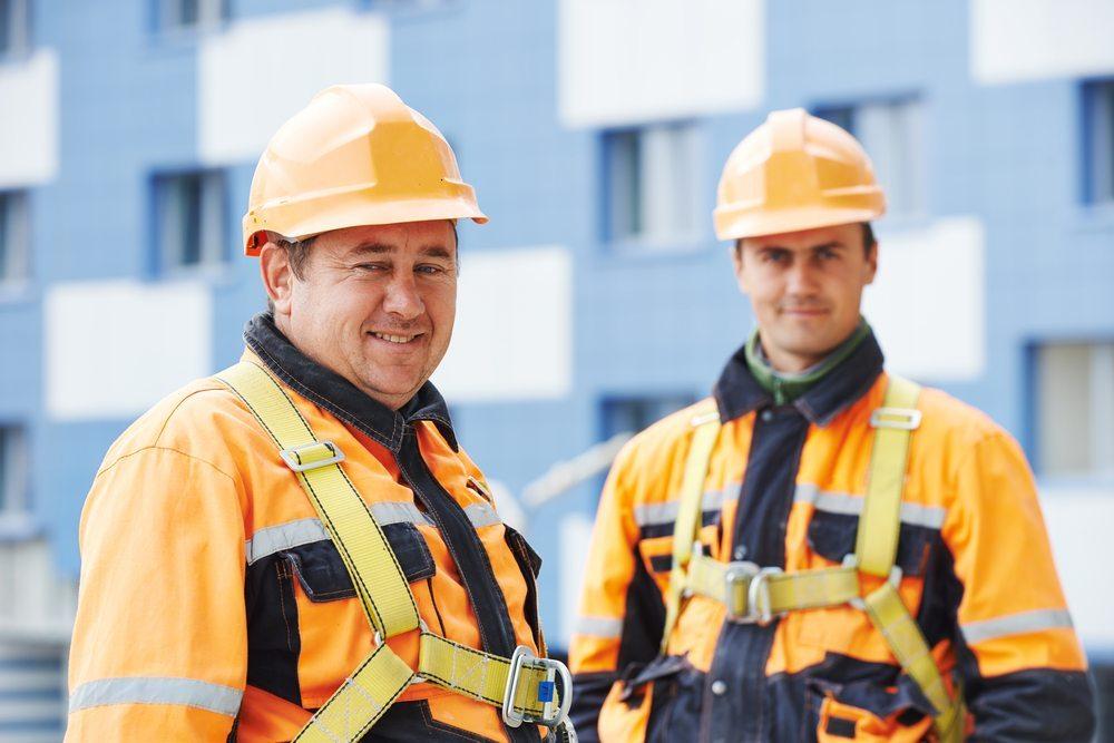 Industrieklettern ist eine Arbeit mit guten Zukunftsaussichten - vorausgesetzt, man hat keine Höhenangst. (Bild: Dmitry Kalinovsky / Shutterstock.com)