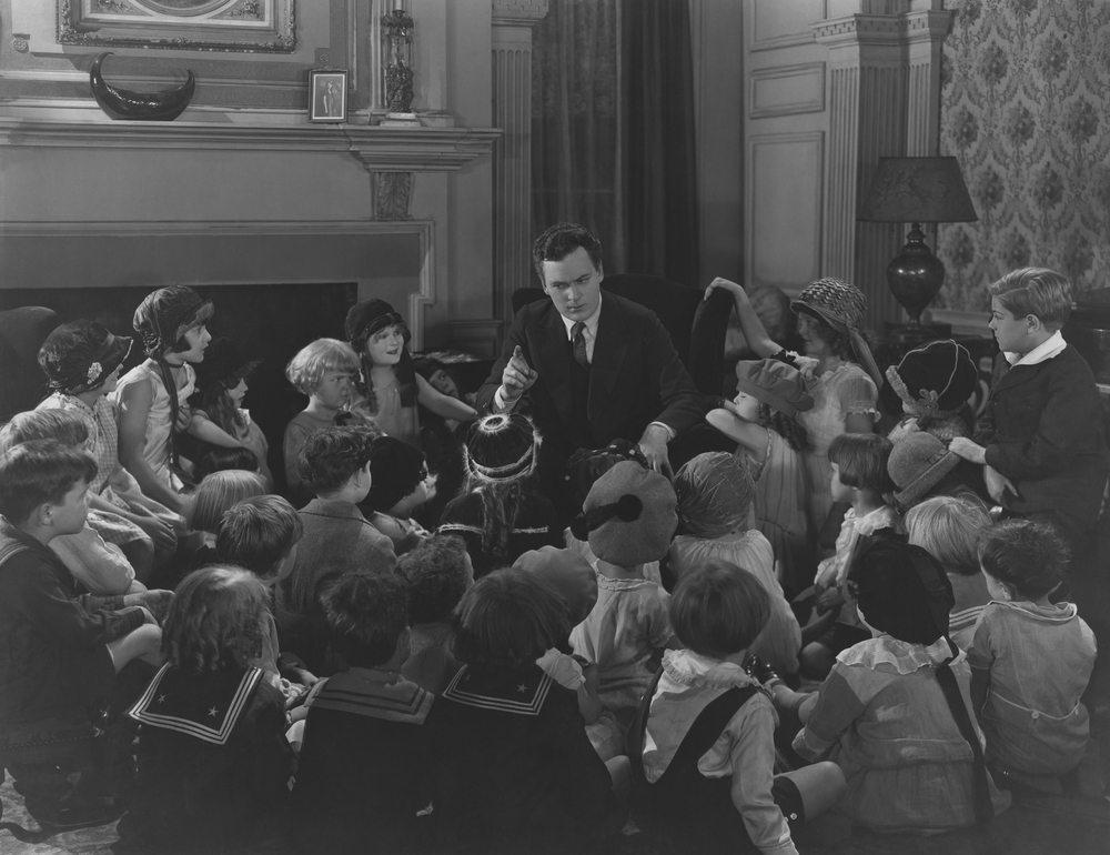 Storytelling hat Einzug in die Werbung gehalten, denn spannende Geschichten fesseln das Publikum – und auch Kunden. (Bild: Everett Collection / Shutterstock.com)