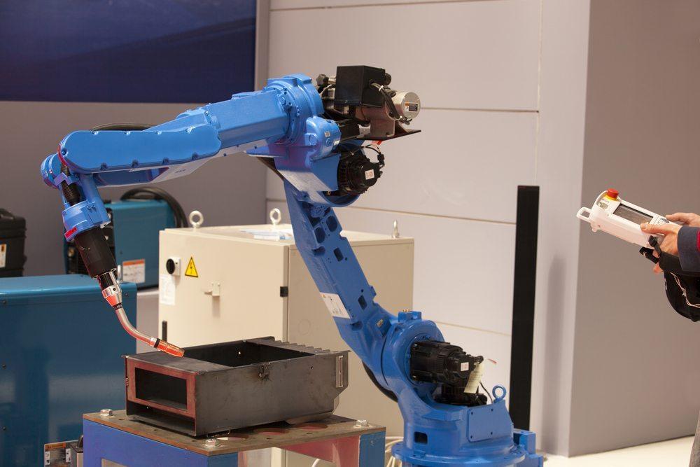 Ein Gelenkarm-Roboter besteht aus einem Auslegerarm, der auf einer Drehvorrichtung installiert ist. (Bild: © wellphoto - shutterstock.com)
