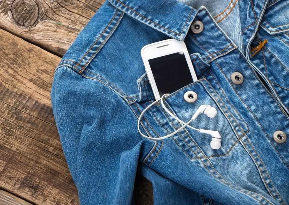 Das Smartphone in der Jackentasche. (Bild: © kozirsky - shutterstock.com)