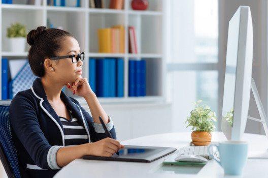 Ergonomie ist als Faktor für die Steigerung der Produktivität zu betrachten. (Bild: Dragon Images / Shutterstock.com)