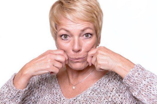 Für die straffe Mundpartie: Mundwinkel weit nach aussen ziehen, dann wieder zusammenschieben. (Bild: © Lars Zahner / shutterstock.com)