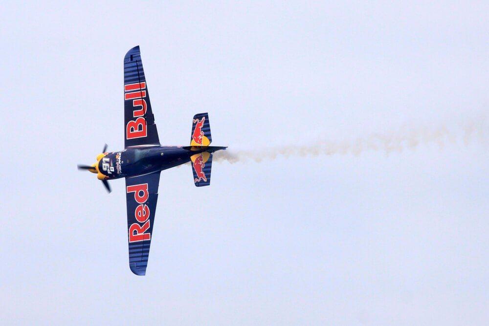 """Für Marketing-Zwecke entwickelte Slogan """"Red Bull verleiht Flügel"""" hat einen ausserordentlich hohen Bekanntheitsgrad erlangt. (Bild: © Igor Karasi - shutterstock.com)"""