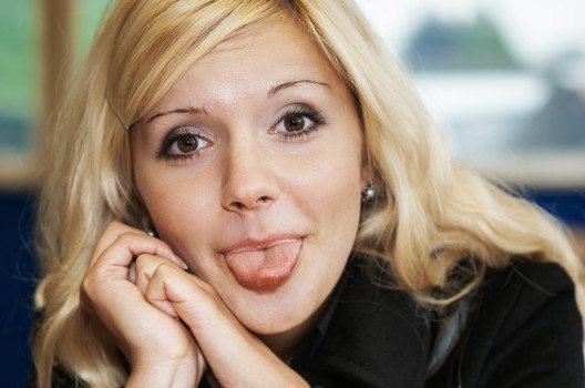 Zunge raus - ein Mittel für natürliches Facelifting. (Bild: © BestPhotoStudio - shutterstock.com)