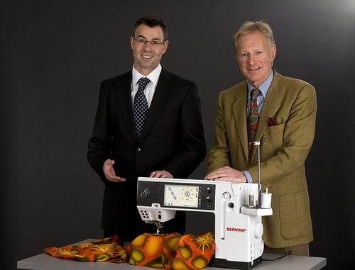 "Hanspeter Ueltschi (rechts) und CEO Claude Dreyer lancierten 2008 das Modell Bernina 830. (Bild: © BERNINA International AG, Steckborn / Wikimedia / <a title=""creativecommons.org - Creative Commons"" href=""http://creativecommons.org/licenses/by-sa/3.0/"" target=""_blank"">CC-BY-SA-3.0</a>)"