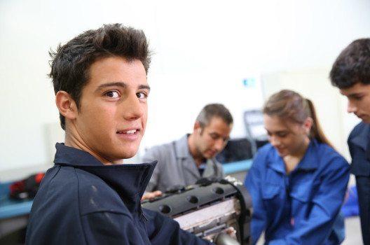 Automechaniker – Traumberuf für Autofans. (Bild: Goodluz – shutterstock.com)