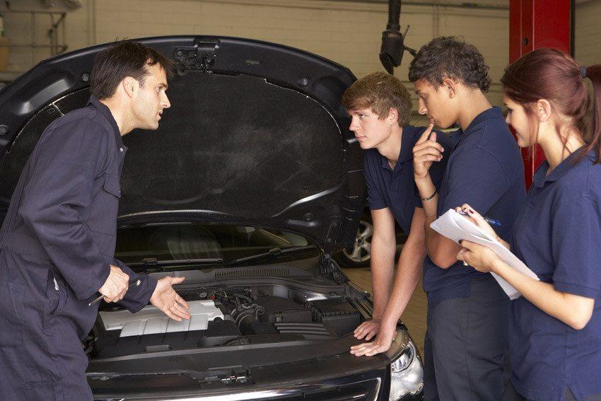Das Berufsbild des Automobil-Mechatronikers ist eine Erweiterung des früheren Lehrberufes Automechaniker. (Bild: © Monkey-Business-Images - shutterstock.com)