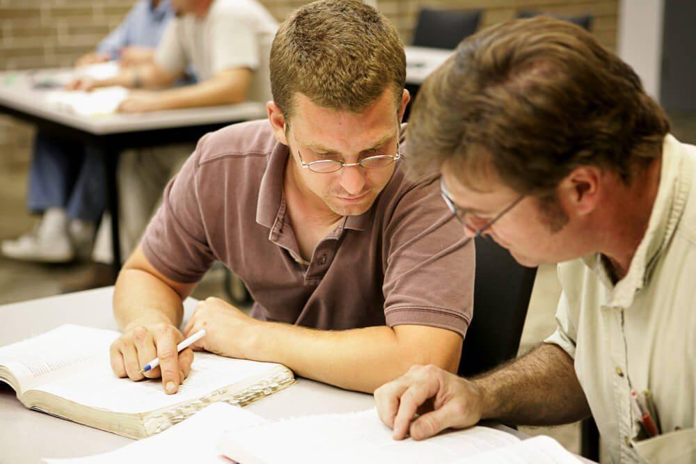 Für die Ausbildung zum Automechatroniker braucht es handwerkliches Geschick und technisches Verständnis. (Bild: © Lisa F. Young - shutterstock.com)
