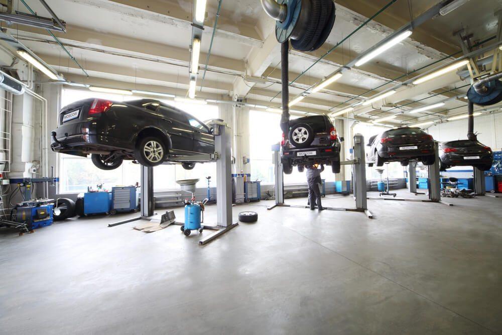 Carrosserie-Werkstätten sind mögliche Ausbildungsorte für Fahrzeugschlosser. (Bild: © Pavel L Photo and Video - shutterstock.com