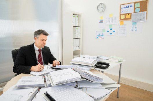 Bürokratische Führungskräfte arbeiten mit einem Instrumentarium von Richtlinien und schriftlichen Anweisungen. (Bild: Andrey_Popov – shutterstock.com)