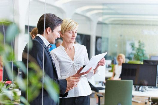Ein kooperativer Führungsstil bedeutet, dass der Chef als Teamspieler agiert. (Bild: Robert Kneschke – shutterstock.com)