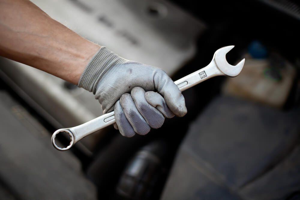 Handwerkliches Geschick ist für die Ausbildung zum LKW-Mechaniker unabdingbar. (Bild: © baranq - shutterstock.com)