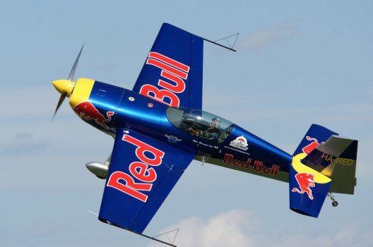 """""""Red Bull verleiht Flügel"""" – die Marke fokussiert sich Sport-Events und Extremsport. (Bild: mobil11 – shutterstock.com)"""