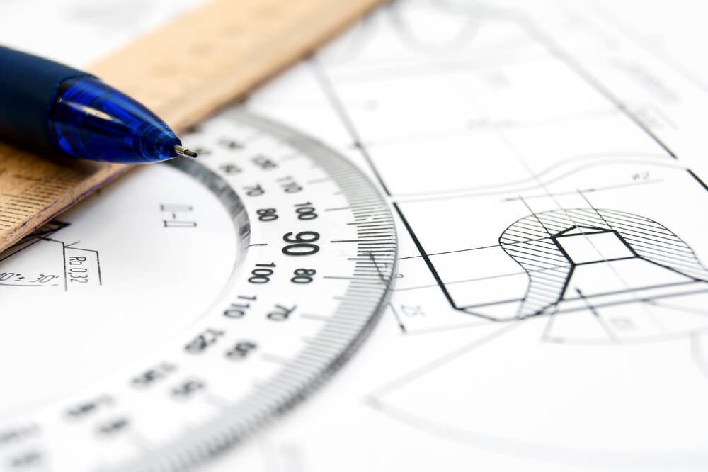 Technisches Zeichnen ist Bestandteil der Fahrzeugschlosser-Ausbildung. (Bild: © artem_ka - shutterstock.com)