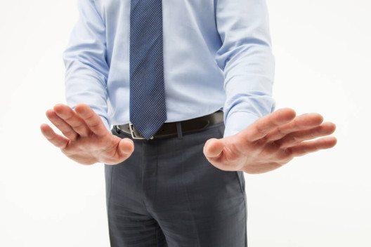 Im Idealfall wird eine Absage auf eine geschäftliche Einladung mit ehrlichem Bedauern formuliert. (Bild: © Maryna Pleshkun - shutterstock.com)