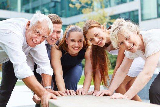 Die beste Massnahme gegen Altersarbeitslosigkeit besteht darin, ältere Arbeitnehmer von vornherein an ihrem Arbeitsplatz zu halten. (Bild: © Robert Kneschke - fotolia.com)